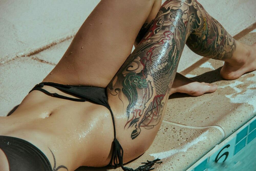 можно ли загорать с татуировками