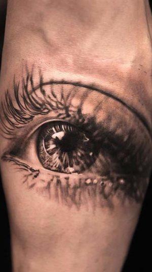 Татуировка глаз в черно белом исполнении на руке ( предплечье) в стиле реализм