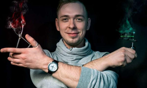 Kirill-s-tatu-mashinkoj-i-pintsetom-1024x682