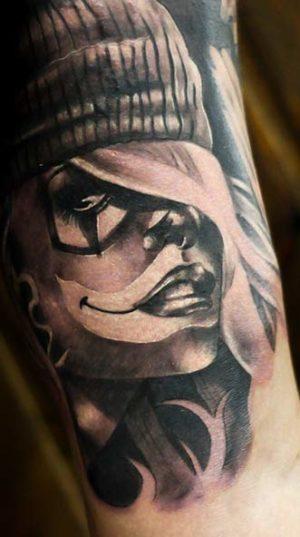 Портрет на руке в легендарном тату стиле чикано.