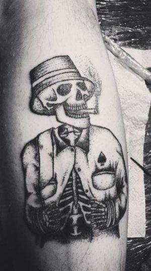 Татуировка на бедре в стиле Хендпоук