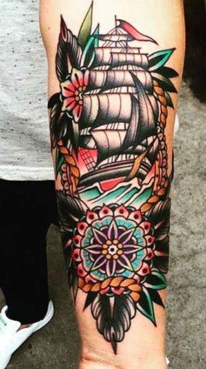 Корабль и компас выполненная в стилистике традишенл.