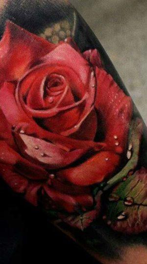 Розы на руке в стиле цветной реализм.