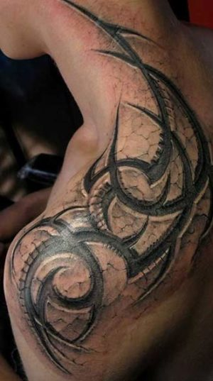 Татуировка в стиле Tribal на плече.