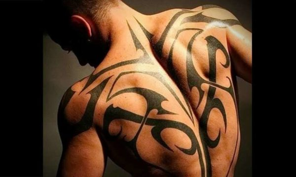 Трайбл — стиль, пришедший к нам издалека от австралийских, американских и африканских племен. Эти племена делали татуировки, несущие в себе черты раскраски животных, например, тигров. Многие гениальные идеи человечество заимствует у природы, так сложилось и с данным направлением татуировки. Получилось, что узоры с языками пламени и полосками как у зебры, со временем вытекли в отдельное направление, а затем и в отдельный стиль. Со временем стилистика трайбл развивалась, и сейчас узоры могут сильно различаться, но в тоже время всегда просматриваются отличительные черты стиля, а именно: трафаретность; языки пламени; зоо-стилизация; зачастую однотонное исполнение, но встречаются и цветные рисунки; «Трайбл» отлично подходит для сокрытия шрамов, перекрытия небольших старых тату. Так же эти узоры этого стиля могут подчеркнуть достоинства фигуры и скрыть недостатки. Стиль трайбл отлично сочетается со многими другими стилями. Немаловажным фактором является и смысл татуировки. Оставаясь верным традициям древних племен, узоры татуировки в стиле «Трайбл» несут глубокий скрытый подтекст, поэтому продуманный выбор эскиза приветствуется. Данный стиль отлично подойдет людям с бойцовским характером, альпинистам, военным, мастерам боевых искусств.