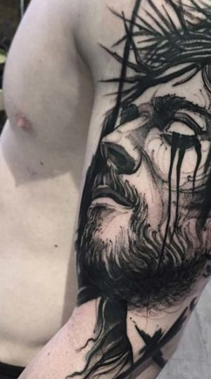 Татуировка Христа на плече в стиле скетч.